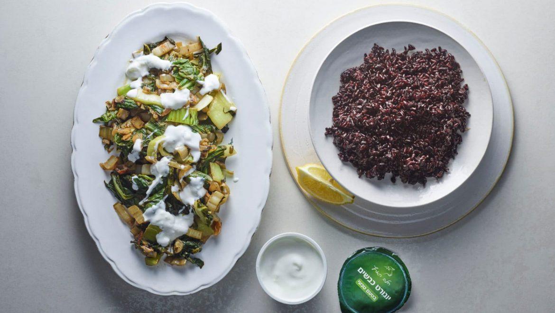 תבשיל ירוקים על אורז בתוספת יוגורט